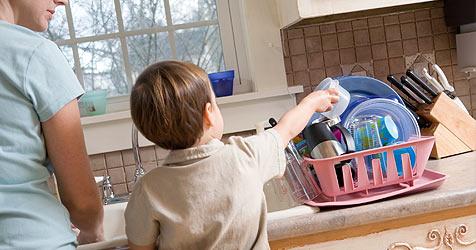 Wie deine Kinder im Haushalt gerne helfen (Bild: © 2010 Photos.com, a division of Getty Images)