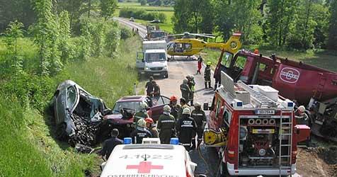 Junge Familie aus Kopfing stirbt bei Crash mit Lkw (Bild: FF Andorf)