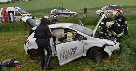 Auto überschlägt sich bei Rohrbach - Lenker verletzt (Bild: FF St. Florian)