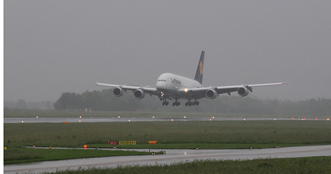 Riesen-Jumbo A380 am Blue Danube Airport gelandet (Bild: Foto Kerschi)
