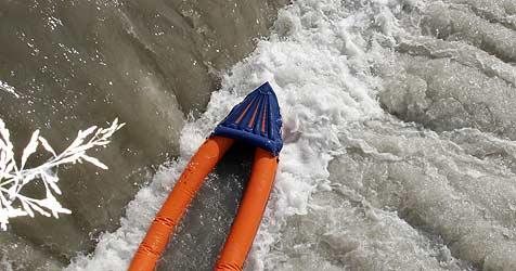 Mit gekapertem Schlauchboot in Seenot geraten (Bild: Kronen Zeitung)