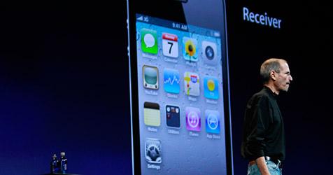 Apple-Chef Steve Jobs zeigt das neue iPhone 4