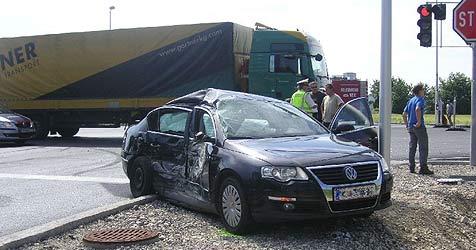 Auto stößt in Hörschung mit Lkw zusammen (Bild: FF Hörsching)