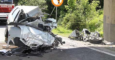 Mit Pkw gegen Lkw gekracht - Lenker sofort tot (Bild: FF Ebensee)