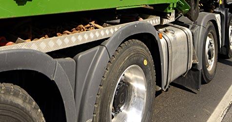 """""""Überbreiter"""" Lkw-Container sorgt für Verkehrsinfarkt (Bild: APA/BARBARA GINDL)"""