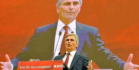 Faymann wird als Parteichef bestätigt und attackiert ÖVP (Bild: APA/HERBERT NEUBAUER)