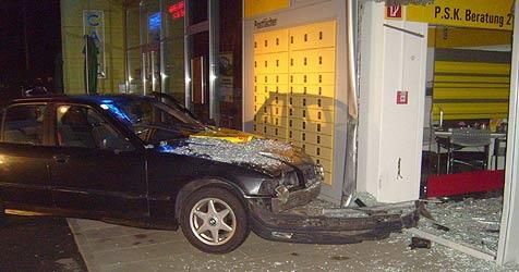 20-Jähriger rast in Braunau mit Auto in Postamt (Bild: FF Braunau)