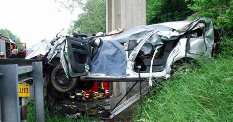 Pkw-Lenker und Beifahrerin bei Crash gestorben (Bild: Einsatzdoku.at)