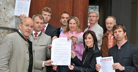 2.300 besorgte Bürger übergeben Landtag Petition (Bild: Wolfgang Weber)