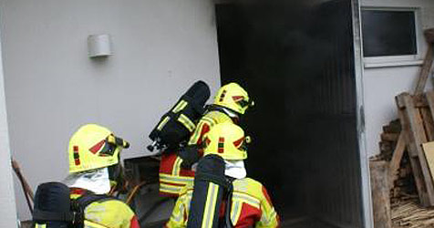 Brand in Pasching zerstört Garage mit Pkw und Motorrad (Bild: Feuerwehr Pasching)