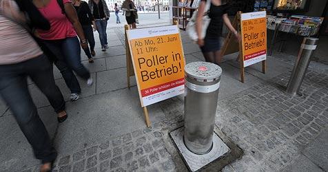 """Touristen warten auf """"Poller-Crash"""" Nummer 66 (Bild: APA/BARBARA GINDL)"""