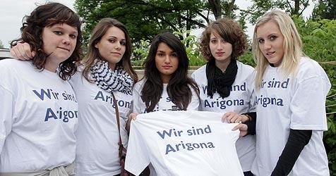 """""""Maturastreich"""" für die Zogajs: """"Wir sind Arigona"""" (Bild: APA/rubra)"""