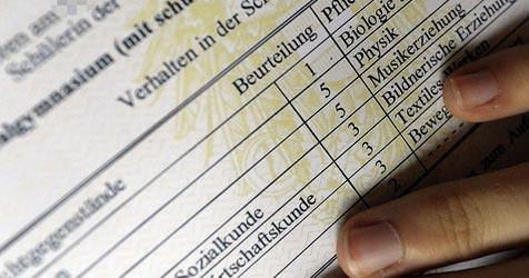 Angst vorm Zeugnis - Experten geben Rat am Telefon (Bild: APA/Harald Schneider)