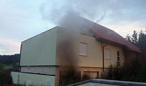 Mann zündet sein eigenes Haus an, um darin zu sterben (Bild: FF Bad-Deutschaltenburg)