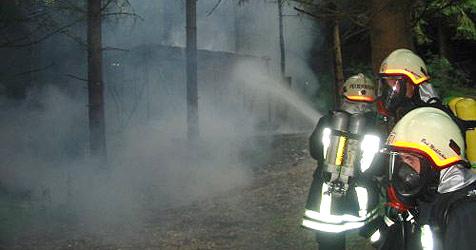 Explosionsgefahr - Hütte brannte bei Feldkirchen nieder (Bild: FF Bad Mühllacken)