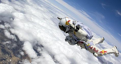 Felix Baumgartner bereitet sich auf Stratos-Sprung vor (Bild: APA/RED BULL STRATOS/LUKE AIKINS)