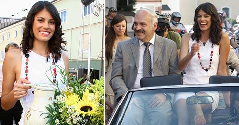 """""""Schönste Tochter"""" Alisar auf Besuch in ihrem Heimatort (Bild: APA/ZAIM SOFTIC)"""