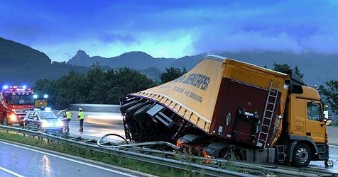 Lkw verliert auf A1 Betonteile - Autos stark beschädigt (Bild: Markus Tschepp)