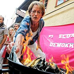 Feministin wirft aus Protest 10.000 Euro auf den Kohlegrill (Bild: AP)