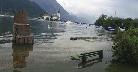 Unwetter-Treibholz überschwemmt Traunsee (Bild: Hörmandinger)