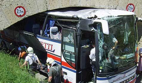 Autobus bleibt mitten in Aquädukt bei Baden hängen (Bild: BFKDO Baden)