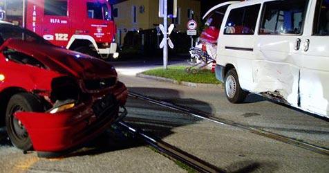 Fünf Verletzte bei Unfall mit Taxibus in Laakirchen (Bild: FF Laakirchen)