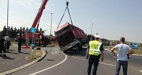 Umgekippter Lkw löst Einsatzserie in Linz-Land aus (Bild: FF Enns)
