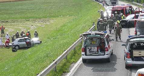 Pkws krachen zusammen - beide Lenker  verletzt (Bild: FF Andorf)