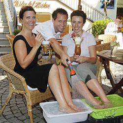 """Kühles Fußbad zum Kaffee im Café """"Würfel Zucker"""" (Bild: Markus Tschepp)"""