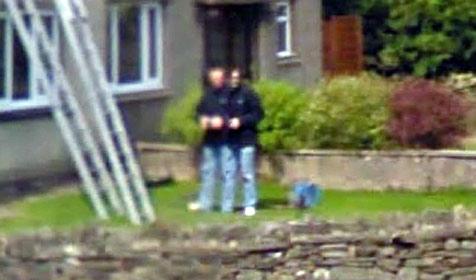 Street View zeigt Mann mit 2 Köpfen und 3 Beinen (Bild: Google Street View)