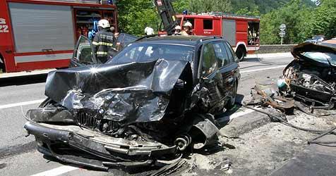 Drei Autos krachen auf der B145 zusammen (Bild: FF Bad Ischl)