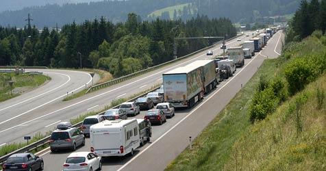 Mehrere Stunden Wartezeit vor dem Tauerntunnel (Bild: APA/AKTIVNEWS/G.M/AKTIVNEWS/G.M)
