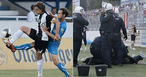 Fans stürmen Spielfeld - Referee droht mit Abbruch (Bild: APA/ANDREAS PESSENLEHNER)