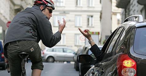 Radfahrer geht auf Pkw-Lenker los und würgt ihn (Bild: APA/HELMUT FOHRINGER)