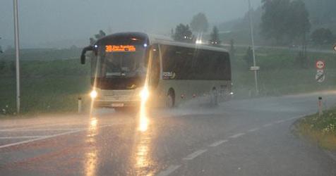 Sintflutartiger Regen und Unwetter legen Verkehr lahm (Bild: kerschi)