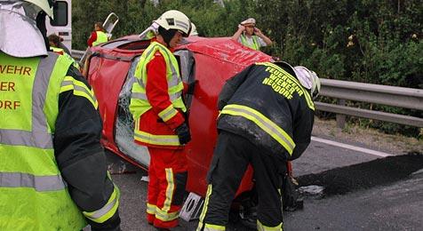 68-Jähriger mit Auto von der A2 katapultiert  - tot (Bild: Freiwillige Feuerwehr Wiener Neudorf)