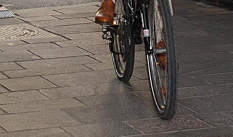 Radfahrer prallte gegen Auto - im Spital gestorben (Bild: APA/BARBARA GINDL)
