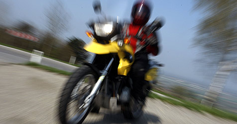 """Biker dreht """"Testrunde"""" in Ort - mit 145 Sachen (Bild: APA/HERBERT PFARRHOFER)"""