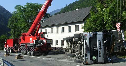 Laster auf der B139 im Bezirk Kirchdorf umgekippt (Bild: FF St. Pankraz)