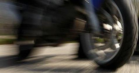 Motorradfahrer kracht gegen Pkw - schwer verletzt (Bild: APA/HERBERT PFARRHOFER)