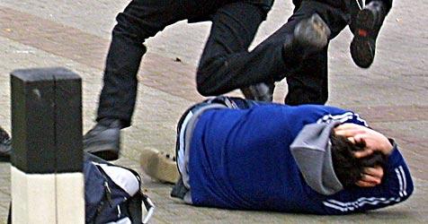 Zehn Jugendliche verprügeln Ehepaar - Frau verletzt (Bild: dpa/dpaweb/dpa/Ingo Wagner)