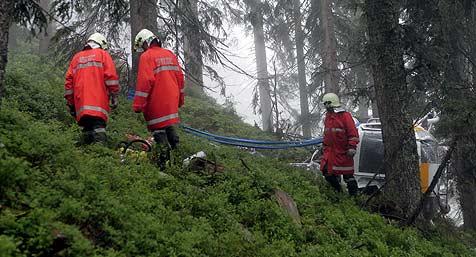 Wrack mit Spezial-Helikopter aus der Schweiz  geborgen (Bild: APA/FRANZ NEUMAYR)