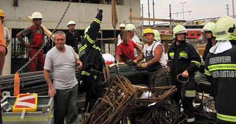 Arbeiter quetschte sich Hand in Ketten von Kran ein (Bild: FF Wr. Neustadt)