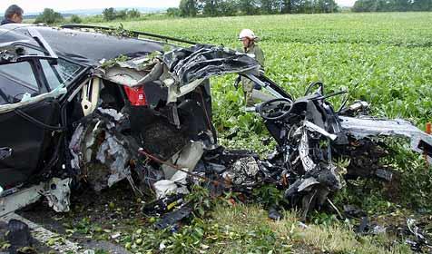 Tödlicher Crash bei Petronell – Lenker rast gegen Baum (Bild: Freiwillige Feuerwehr Petronell)