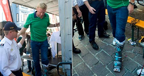 Boris Becker mit dicker Beinschiene in Kitzbühel