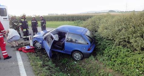 29-jährige Lenkerin gerät mit Fahrzeug in Kanalschacht (Bild: FF Loosdorf)