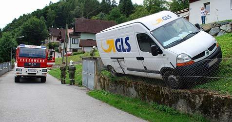 Kleintransporter nach Irrfahrt von Zaun aufgefangen (Bild: Einsatzdoku.at)