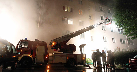 21 Menschen mit Drehleitern aus dem Rauch gerettet (Bild: Markus Tschepp)