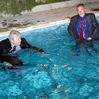 Botschafter lösen Wettschuld ein und gehen baden (Bild: AFP)