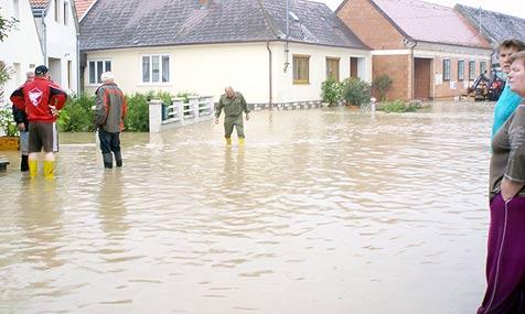 """Überflutungen, Keller unter Wasser, """"Leute verzweifelt"""" (Bild: APA/Franz Spiegelfeld)"""